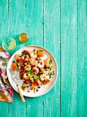 Gegrillte Garnelen mit Papaya-Cashew-Salat und Granatapfelkernen