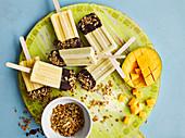 Tropische Müsli-Popsicles mit Mango, Bananen und Kokosmilch