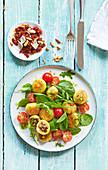 Gefüllte Miniklösschen mit Babyspinat und Tomaten-Basilikum-Pesto