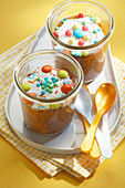 Ananas-Mandel-Kuchen mit Süssigkeiten im Glas