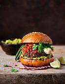 Burger mit Avocadomus und Jungzwiebeln