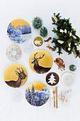 Porzellanteller mit Wild- und Wintermotiven als Weihnachtsdekoration