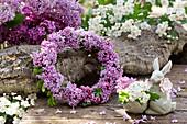 Kranz aus Fliederblüten, Osterhasen-Eierbecher mit Blüten vom Weißdorn
