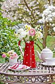 Frühlingsstrauß mit Ranunkeln, Narzissen und Blütenzweigen in Blechkanne, Mini-Strauß aus Rosenblüten und Tulpe in Sahnekännchen