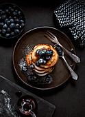 Pancakes mit Joghurt, Blaubeeren und Sirup