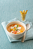 Tomaten-Melonen-Cremesuppe mit Stracciatella-Käse