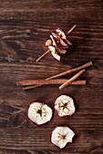 Getrocknete Apfelscheiben und Zimtstangen