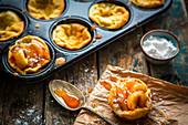 Kleine Dutch-Baby-Pancakes mit karamellisierten Äpfeln