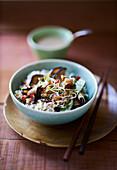 Asiatische Gemüsepfanne mit Pilzen, Sprossen und Reis