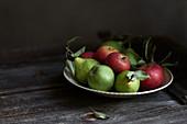 Äpfel und Birnen auf rustikalem Holztisch