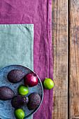 Avocados, Limetten und eine rote Zwiebel