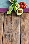 Limette, Avocados und eine Fleischtomaten