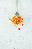 Spaghetti mit Tomatensauce und Basilikum auf Gabel