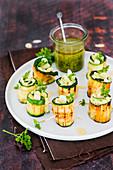 Gegrillte Zucchiniröllchen gefüllt mit Pesto und Mandeln