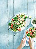 Superfood-Salat mit Spinat, Wassermelone, Avocado und Feta