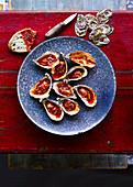 Gegrillte Austern mit Knoblauch-Paprika-Parmesanbutter