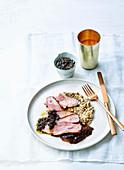 Harissa-Lamm mit geräucherter Aubergine und schwarzem Olivendressing