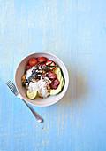 Poke Bowl mit Thunfisch, Reis und Avocado