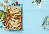 Tacos mit würzigen schwarzen Bohnen, Guacamole und Salsa