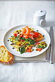 Superfood-Rührei mit Räucherlachs und Spinat