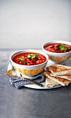 Mexikanische Bohnensuppe mit knusprigen Feta-Tortillas