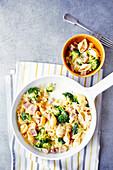 Schinken-Nudeln mit Broccoli und Käse