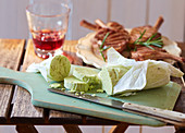 Mediterrane Kräuterbutter zu gegrillten Lammkoteletts