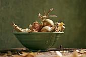 Speisezwiebeln in grüner Keramikschale
