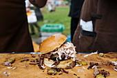 Rindfleischburger mit Essiggurken und Kohlsalat