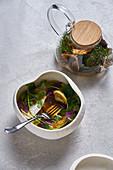 Heisser Tee in einer Teekanne & Pilzsuppe mit frischen Kräutern und Nudeltäschchen