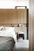 Nische als Ablage in der Wandverkleidung im Schlafzimmer