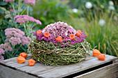 Kranz aus Hopfenreben mit Hortensienblüte, Lampions und Blüten von Topferika
