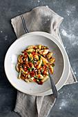 Stockfisch-Gnocchi mit Olivensauce und Pinienkernen