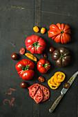 Tomatenstilleben mit Tomaten und Tomatenscheiben