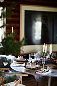 Festlich gedeckter Weihnachtstisch mit Kerzen