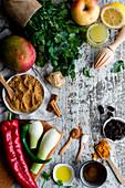 Frische und trockene Zutaten für ein Mangochutney