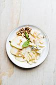 Käsesnack mit Birne und Nüssen