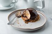 Mousse im Schokoladenmantel auf Müsliboden