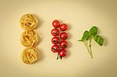 Tagliatelle, Kirschtomaten und Basilikum