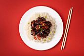 Traditionelles süß-saures Fleischgericht mit Reis (China)