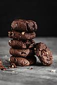 Erdnuss-Kakao-Kekse, gestapelt
