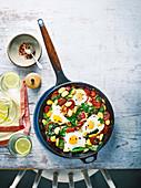 Baked Eggs mit Butterbohnen, Chorizo und Spinat