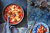Makkaroni mit Hackbällchen und Mozzarella