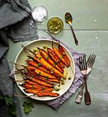 Geröstete Karotten mit Kapern-Kräuterpesto und Meersalz
