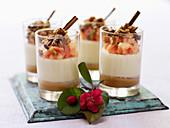 Pannacotta-Schichtdessert mit Zimtcreme, Früchten und Nüssen