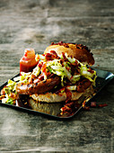 Burger mit Speck-Paprika-Wurst