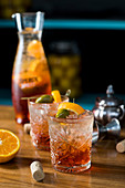 Aperol Spritz mit Olive und Orangenschale