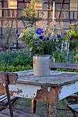 Spätsommer Strauß aus dem Bauerngarten auf Tisch im Garten