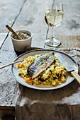 Makrele auf Couscous mit Aprikosen, Oliven und Thymian