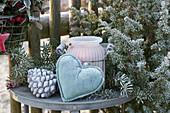 Beistelltisch mit Windlicht, Herz und Zapfen als Willkommen am Gartenzaun, mit Rauhreif überfroren